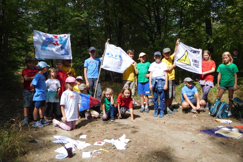 Všechny čtyři družiny se svými vlajkami!